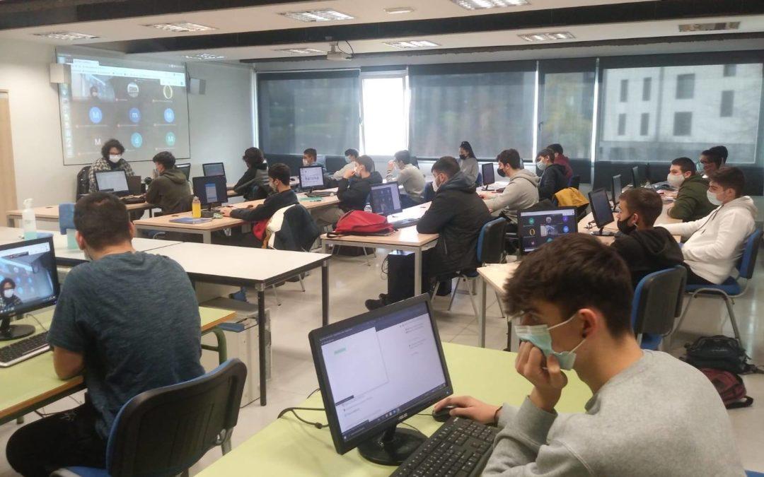 Euskararen egunean, Informatikako ikasleek Bai&Byko Dabid Martinezen hitzaldian parte hartu zuten